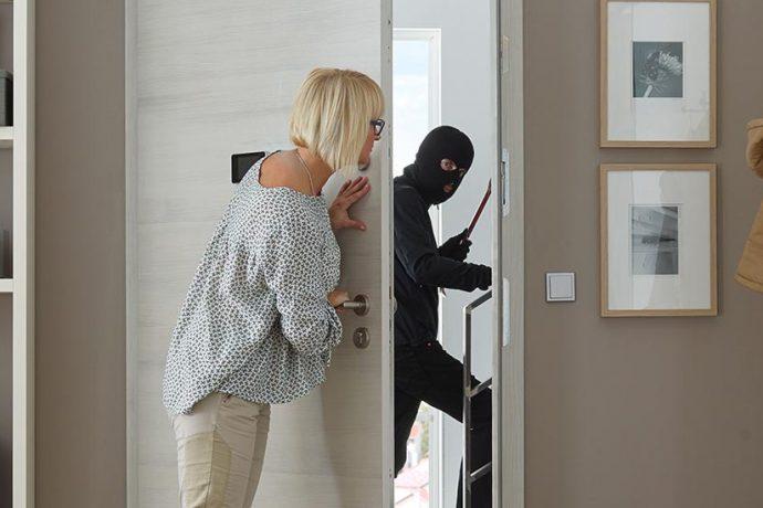 Technik, Wachhund oder Nachbarn?<br> Der richtige Einbruchschutz stoppt<br> Einbrecher schon vor der Tür.