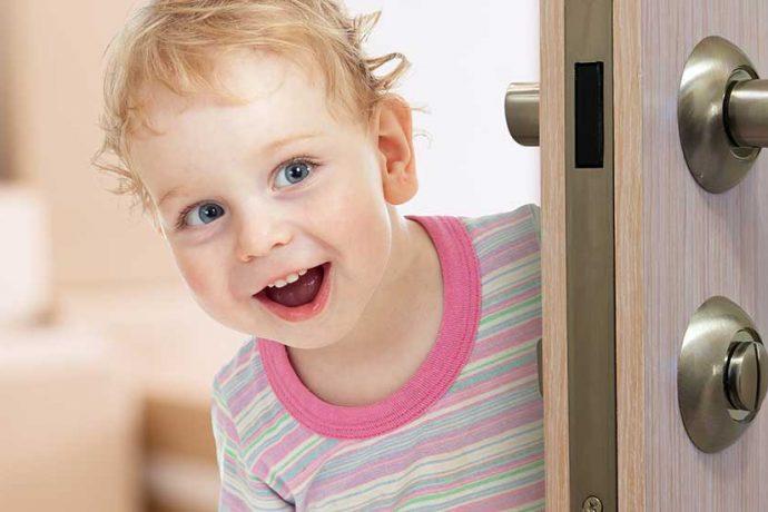 Die halten ganz schön was aus:<br> kindersichere Türen für Familien.